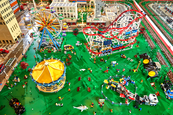 그랜드시티 디오라마 중 놀이공원의 모습. 대관람차는 실제로 움직이고 있었다.