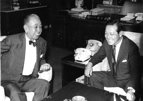 1966년 9월 1일 김종필 전 공화당 의장(오른쪽)이 방한한 기시 노부스케(岸信介) 전 일본 총리와 환담하고 있다. [중앙포토]