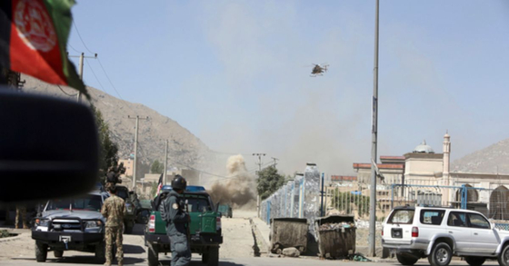 아프가니스탄 상공을 비행 중인 군헬기. [AP=로이터]