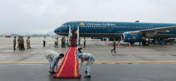 아시안게임 베트남 선수단을 맞기 위해 공항에 레드카펫이 설치되고 있다. [VN EXPRESS 캡쳐]