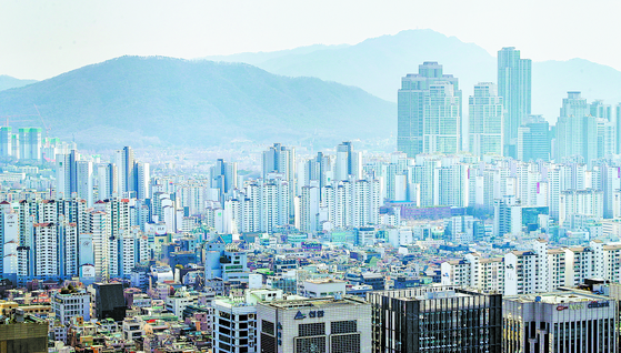 정부의 각종 규제에도 부동산 시장에 열풍이 불면서 부동산 펀드 시장에도 열기가 가득하다. 사진은 강남 일대 아파트와 건물 전경. [연합뉴스]