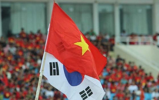 미딘 국립경기장에 베트남 국기와 태극기가 함께 휘날리며 선수단을 맞이하고 있다.[연합뉴스]