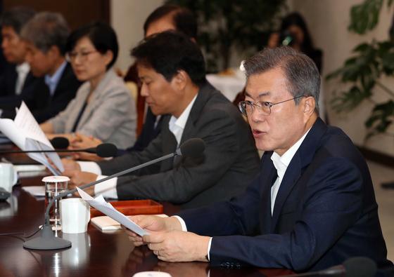 문재인 대통령이 3일 청와대 여민관에서 수석보좌관회의를 주재했다 . 김상선 기자