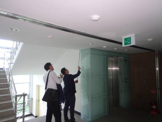남측 인력이 지난 7월 개성공단 내 남북공동연락 사무소를 열기 위해 개보수 작업을 준비하고 있다. 9월 2일 현재 공사는 모두 완료됐다. [사진 통일부]