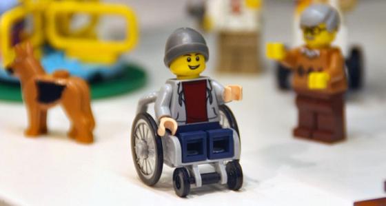 휠체어를 탄 사람 미니 피겨.
