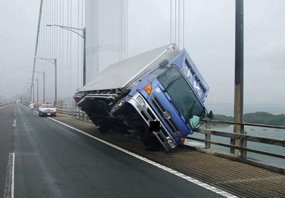 강력한 제21호 태풍 '제비'가 일본 열도에 상륙한 4일 강풍에 날린 트럭이 가가와현 세토대교 난간에 아슬아슬하게 걸려 있다. [AFP=연합뉴스]