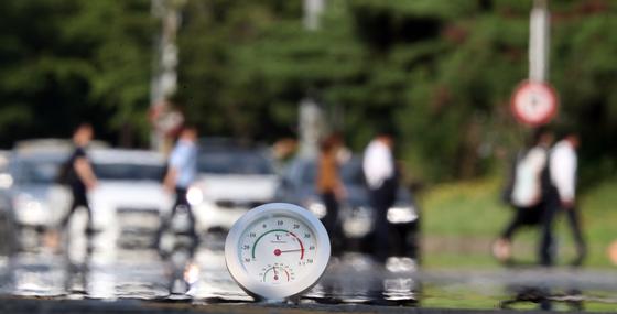 지난달 1일 오후 서울 여의대로에 놓여진 온도계 바늘이 40도를 넘어서고 있다. 김경록 기자