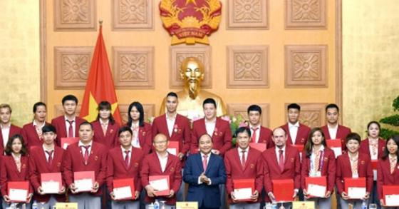 응우옌 쑤언 푹 베트남 총리는 3일 '박항서호'를 정부 청사로 초청해 성과를 치하했다. [사진 베트남 정부 홈페이지 캡처]