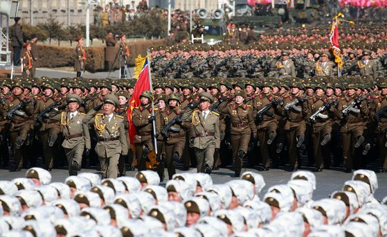 지난 2월 건군절 열병식에서 북한군이 김일성 광장에서 행진하고 있다.[사진 조선중 앙통신]