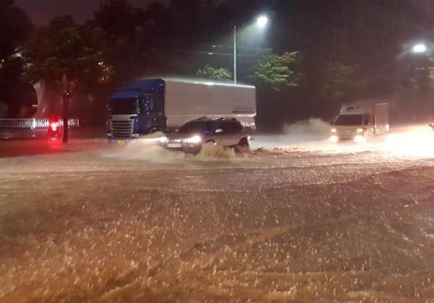 중부 지방에 시간당 50㎜ 이상의 폭우가 내린 3일 오후 청주시 서원구 도로가 물에 잠긴 가운데 차량이 운행하고 있다. [독자 제공=연합뉴스]