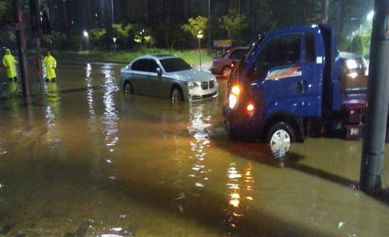 지난 3일 밤 100㎜ 이상의 폭우가 내리면서 침수된 세종시 도램마을 18·19단지 도로. [사진 세종시]