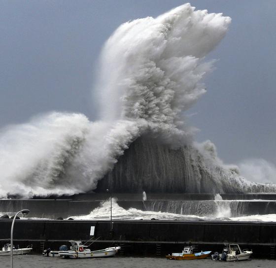 제 21호 태풍 '제비'가 상륙한 일본 고치현 아키 항구에서 거대한 파도가 치고 있다. [AP=연합뉴스]