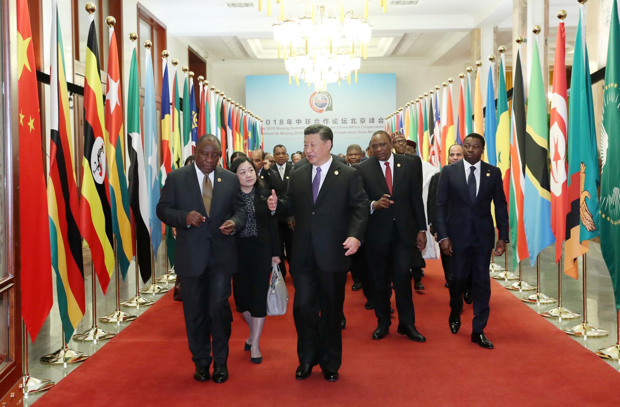 시진핑 중국 국가 주석이 3일 베이징 인민대회당에서 열린 중국-아프리카 협력 정상회의에 각국 정상들과 함께 참석하고 있다. [AFP=연합뉴스]