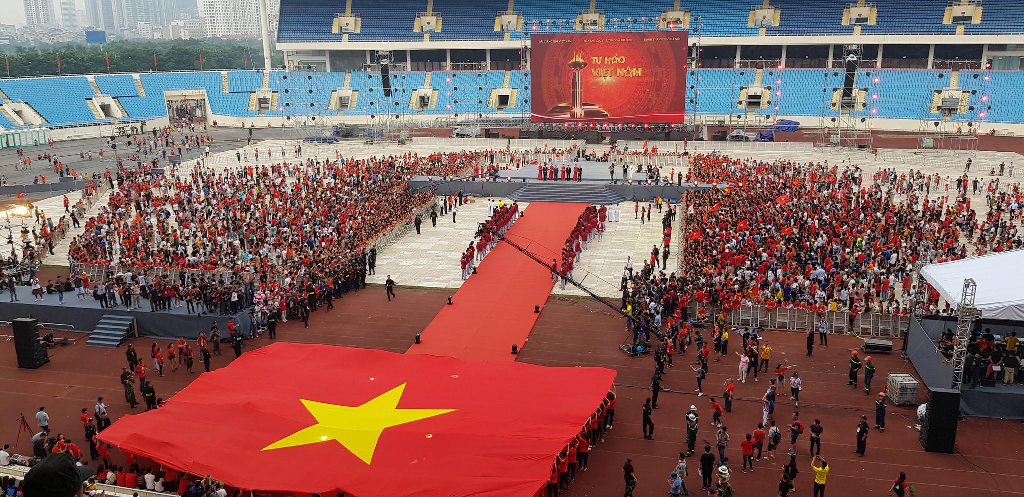 2일 박항서 감독이 이끄는 베트남 축구대표팀과 아시안게임 메달리스트를 환영하는 행사가 열린 베트남 수도 하노이의 미딘 국립경기장이 팬들로 가득 찼다. [연합뉴스]