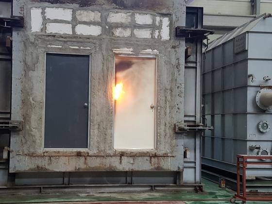 화재 발생시 방화문(왼쪽)은 멀쩡한 반면 일반 철문은 쉽게 불이 붙었다. 인천지방경찰청은 4일 경기도 화성 한국건설기술연구원에서 실험을 실시했다. [사진 인천지방경찰청]
