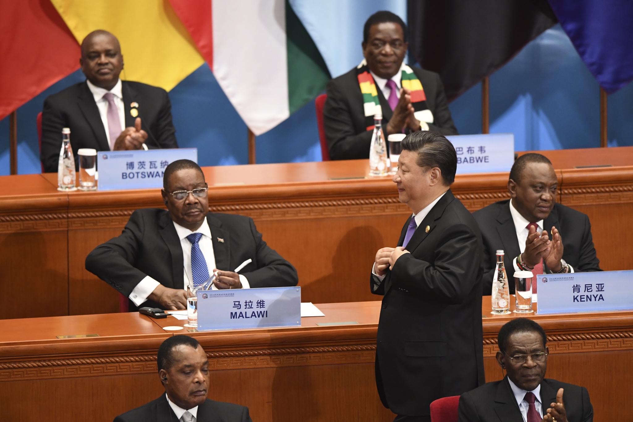 시진핑 중국 국가 주석이 3일 베이징 인민대회당에서 열린 중국-아프리카 협력 정상회의에 참석, 기조연설을 하기위해 단상으로 이동하고 있다. [EPA=연합뉴스]