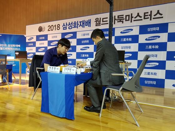삼성화재배 32강전에서 만난 박정환 9단(왼쪽)과 지난해 우승자인 구쯔하오 9단. 정아람 기자