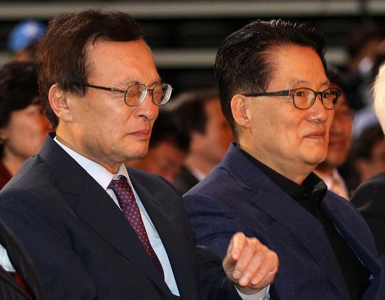 2012년 제18대 대선 후보자 선출을 위한 서울 지역경선 합동연설회에 당시 이해찬 대표와 박지원 원내대표가 참석해 있다. [중앙포토]