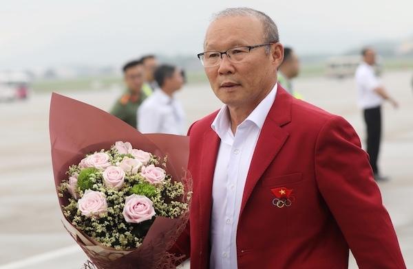 박항서 감독이 2일 베트남 하노이의 노이바이 국제공항으로 입국해 화환을 안았다. [연합뉴스]