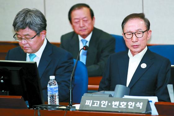 이명박 전 대통령. 사진은 5월 첫 공판 당시 모습. 옆에는 강훈 변호사가 앉아 있다. [중앙포토]