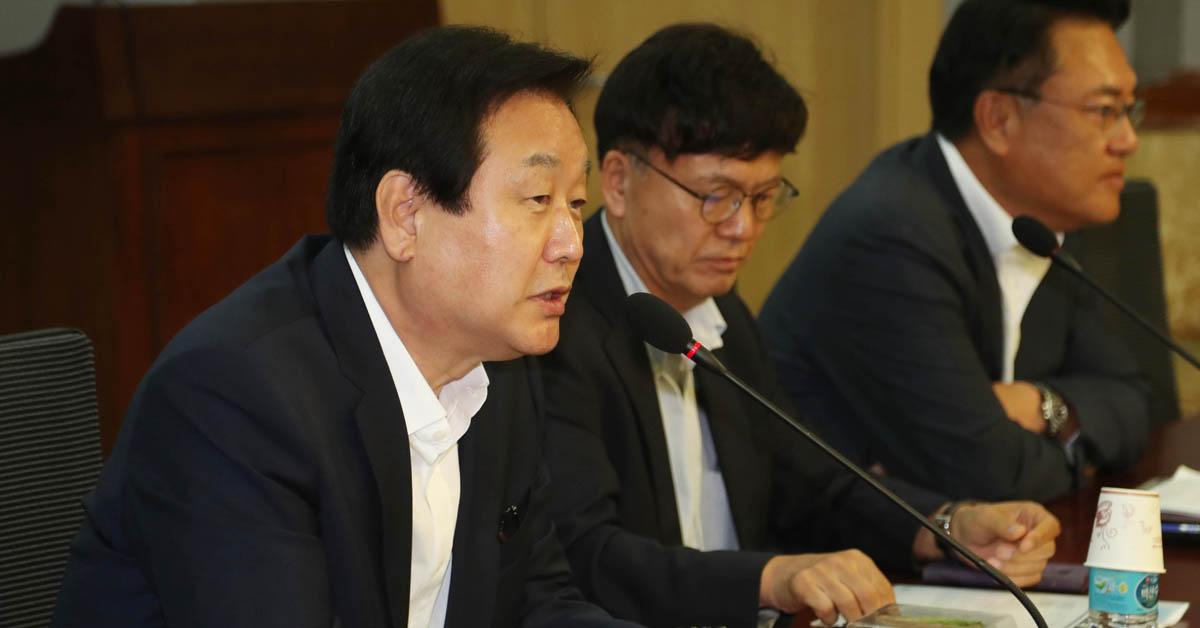 자유한국당 김무성 의원이 4일 오전 국회 의원회관에서 열린 '열린 토론, 미래: 대안찾기'에서 인사말을 하고 있다. [연합뉴스]