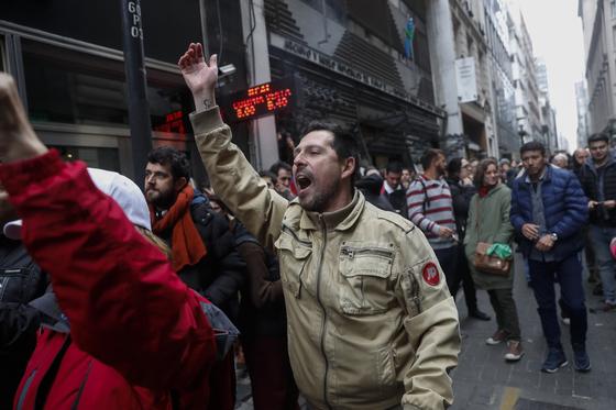 3일 이르헨티나 부에노스 아이레스에서 공공 부분 노동자들이 정부의 부처 감축 방안에 항의하는 시위를 하고 있다. [EPA=연합뉴스]
