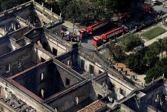 3일(현지시간) 공중에서 촬영한 브라질 리우데자네이루 국립박물관 모습. 전날 발생한 화재로 이 박물관이 소장하고 있던 유물 2000만 점 가운데 90% 이상 불탄 것으로 추정된다. [로이터=연합뉴스]