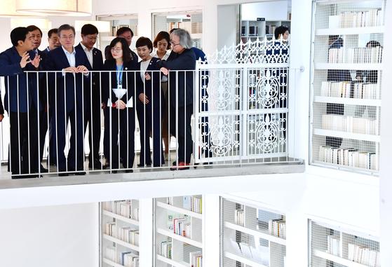 문재인 대통령이 4일 오후 서울 은평구 구산동 도서관마을에서 열린 '대한민국 국민생활 SOC 현장방문, 동네건축 현장을 가다' 행사에서 도서관을 둘러 보고 있다. 청와대사진기자단