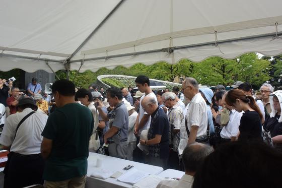 지난 1일 간토대지진 조선인학살 추도집회에 참석한 시민들이 묵념을 하고 있다. 윤설영 특파원