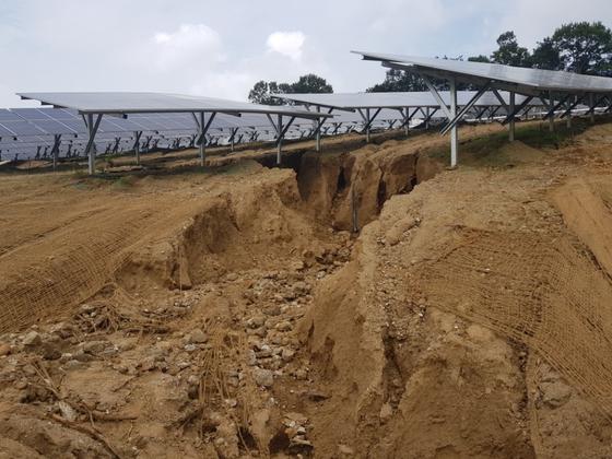 충북 청주시 오창읍 성재1리에 설치된 태양광발전시설에 최근 내린 폭우로 2m 깊이 구덩이가 생겼다. 토사가 유출되면서 기둥 바닥도 드러났다. [최종권 기자]
