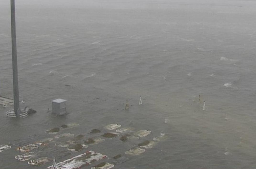 폭우로 침수된 일본 오사카 간사이 공항. [사진 트위터]