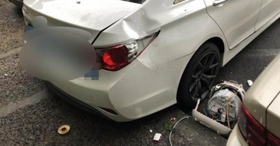 인천의 한 아파트 지상주차장으로 추락한 전기밥솥에 파손된 차량 [독자 촬영 제공=연합뉴스]