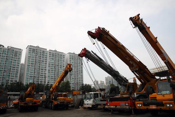 지난 7월 서울 강서구 서부트럭터미널에 멈춰서 있는 건설중장비 차량들의 모습. [연합뉴스]