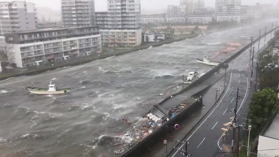 제 21호 태풍 '제비'가 일본에 상륙한 4일 효고현 니시노미야시의 강물이 불어난 모습. [로이터=연합뉴스]