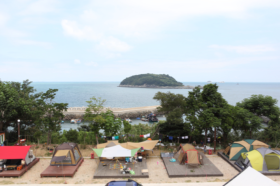 여수 바다가 코 앞에 펼쳐지는 금오도캠핑장. [사진 한국관광공사]