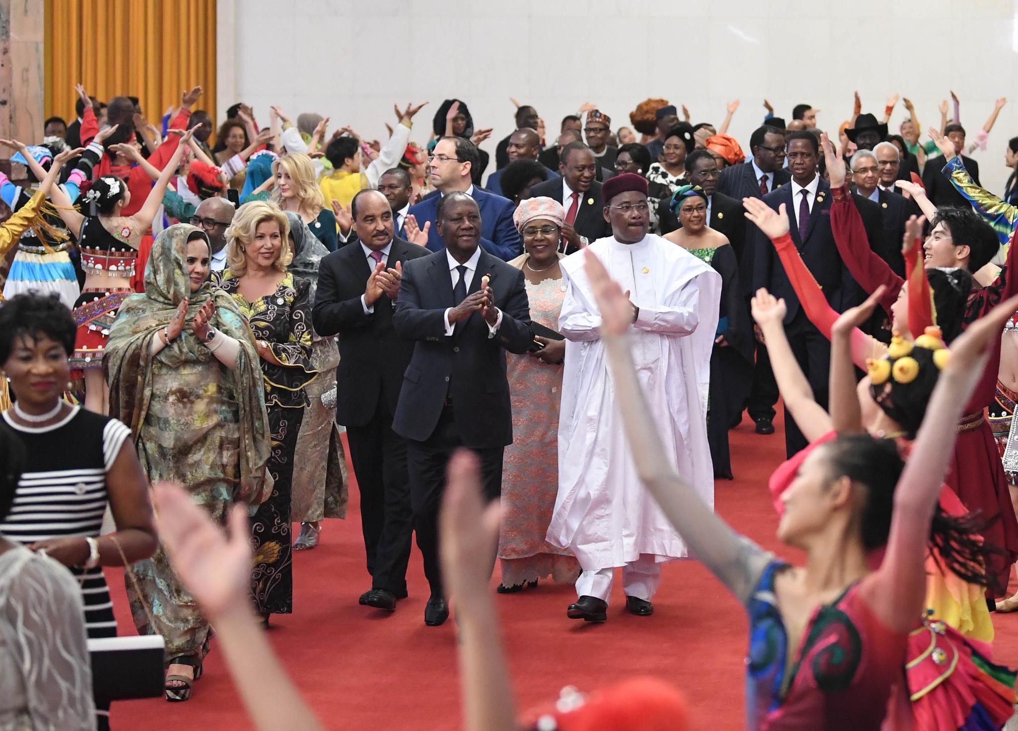 3일 베이징 인민대회당에서 열린 중국-아프리카 협력 정상회의에 참석한 아프리카 정상들이 환영 공연을 보며 입장하고 있다. [신화=연합뉴스]