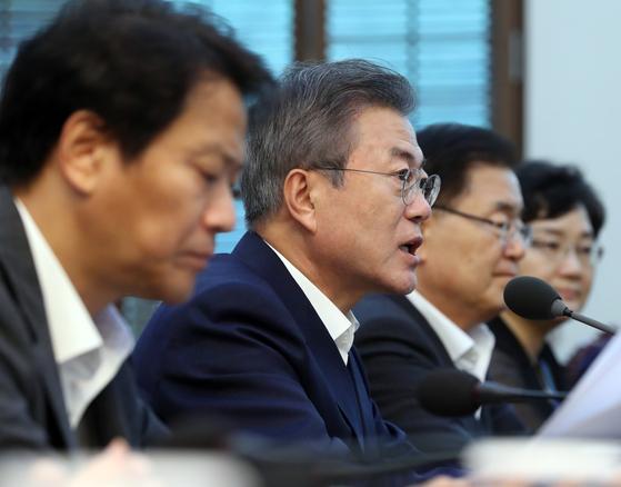 문재인 대통령이 3일 오후 청와대 여민관에서 열린 수석보좌관회의에서 모두발언을 하고 있다. [청와대사진기자단]
