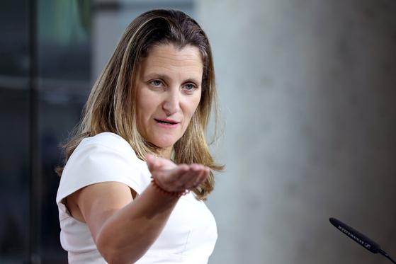 지난달 31일 주미 캐나다대사관에서 기자회견을 하고 있는 크리스티아 프리랜드 캐나다 외교장관. [로이터=연합]