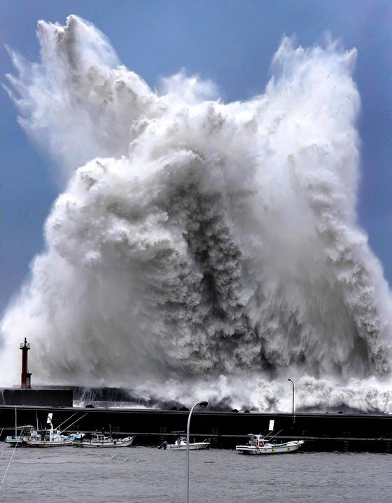 태풍 제비의 영향을 받은 높은 파도가 고치현 아키의 항구를 덮치는 모습. [로이터=연합뉴스]