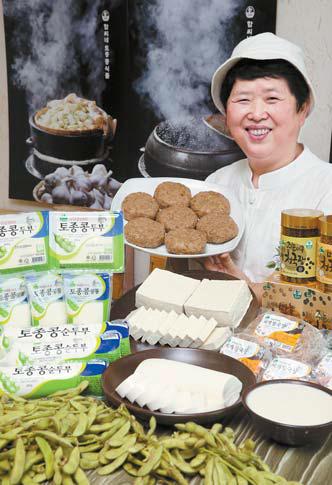 함정희 대표가 두부·순두부 등 토종 콩으로 만든 식품을 보여주고 있다. 프리랜서 장정필