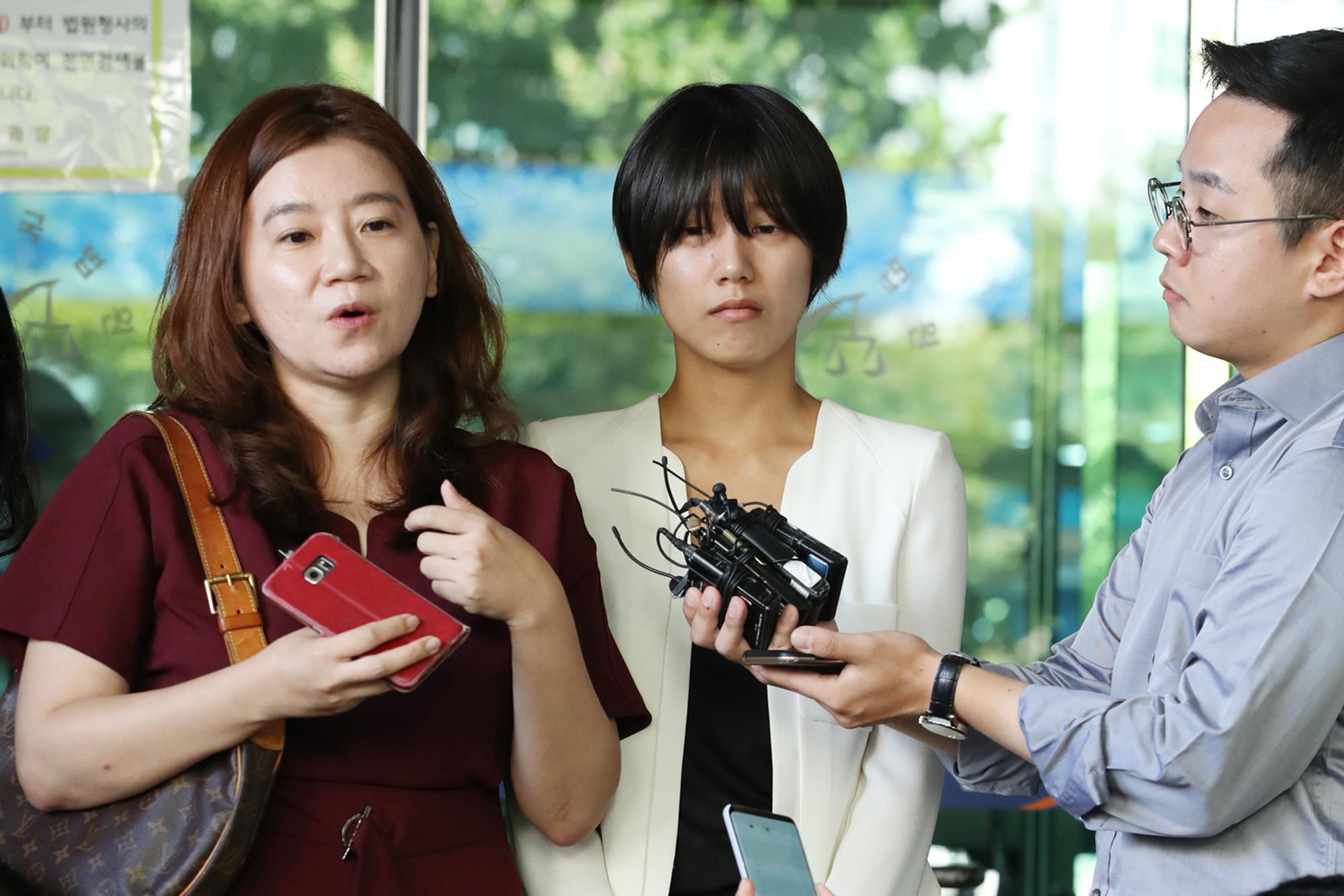 5일 오전 서울 서부지방법원에서 열린 '유튜버 촬영물 유포 및 강제추행 사건' 제1회 공판을 방청한 피해자 양예원(오른쪽)씨와 이은의 변호사가 기자들과 인터뷰하고 있다. [연합뉴스]