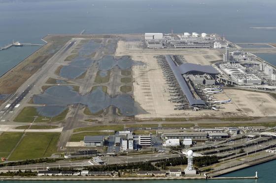 물이 일부 빠졌지만 여전히 상당부분이 침수된 간사이 공항의 5일 모습[AP=연합뉴스]