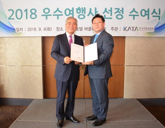 전달식에 참석한 롯데관광 경영지원본부 권기경 이사(오른쪽)