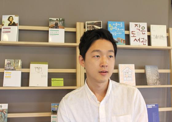 장수한 퇴사학교 대표가 서울 신사동 사무실에서 인터뷰하고 있다. 노희선 에디터