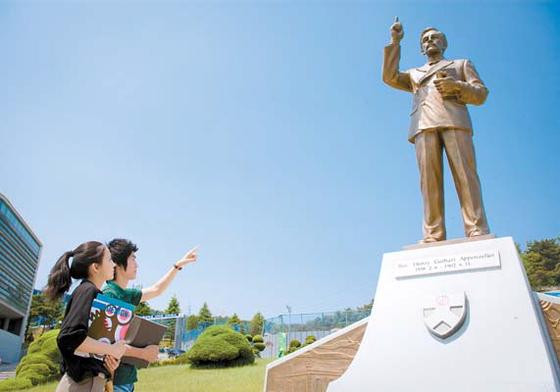 대전 배재대가 4차 산업혁명을 선도할 '실천하는 청년 아펜젤러' 양성에 총력을 기울이고 있다. 학생들이 캠퍼스에 있는 아펜젤러 동상을 보고 있다. [사진 배재대]