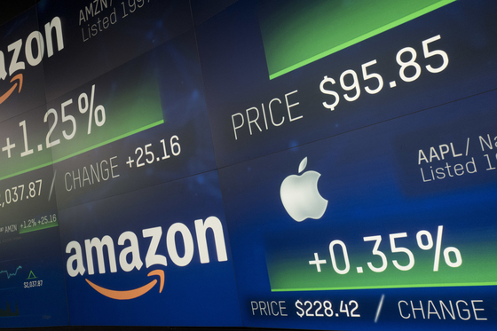 4일 나스닥 사이트에 아마존과 애플 주가가 나란히 게시돼 있다. 이날 아마존 시가총액은 1조 달러를 넘었다. [AP=연합뉴스]
