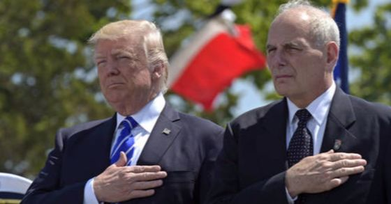 지난해 5월 17일 존 켈리 백악관 비서실장(당시 국토안보부 장관, 오른쪽)이 트럼프 미 대통령과 코네티컷 뉴런던의 미 해안경비대 사관학교 행사에 참석해 국가가 연주되자 경례하고 있다.[AP=연합뉴스]
