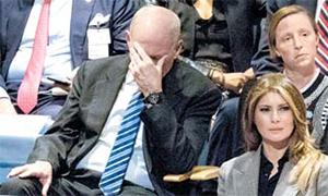존 켈리 백악관 비서실장이 지난해 9월 19일 미국 뉴욕 유엔총회장에서 트럼프 대통령의 연설을 듣던 도중 얼굴을 감싸쥐고 있다. [AP=연합뉴스]