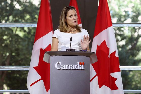 지난달 31일 주미 캐나다대사관에서 열린 기자회견에서 발언하는 크리스티아 프리랜드 캐나다 외교장관. [로이터=연합뉴스]