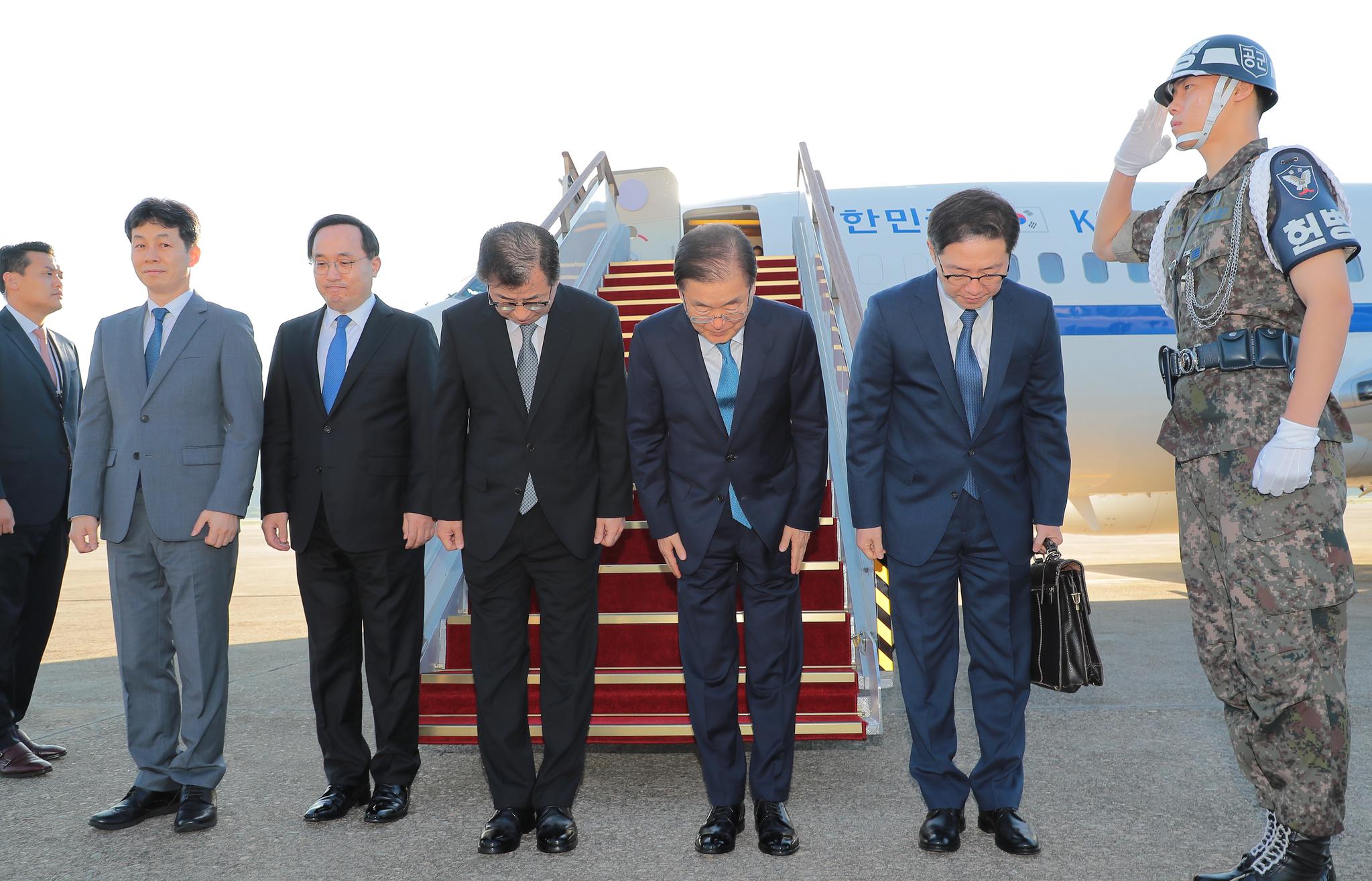 정의용 국가안보 실장 등 대북 특사단이 5일 오전 성남공항을 통해 당일치기 방북길에 올랐다. 김상선 기자